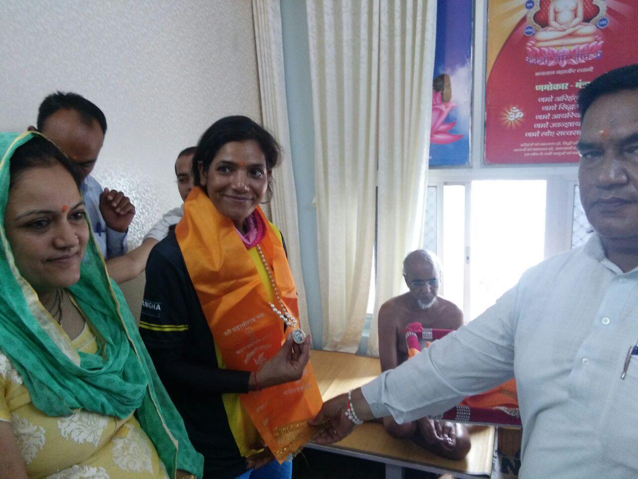 Sunita Singh CHoken with Jain Muni Tarun Sagarji